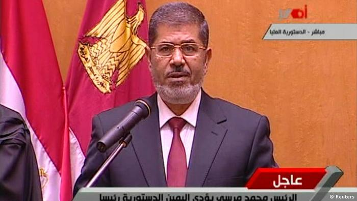 In this image made from Egyptian State Television, judges from Egypt's Supreme constitutional court applaud Mohammed Morsi, center, after he was sworn in as President in Cairo, Egypt, Saturday, June 30, 2012. Islamist Mohammed Morsi has been sworn in before Egypt's highest court as the country's first freely elected president, succeeding Hosni Mubarak who was ousted 16 months ago.(Foto:Egyptian State TV/AP/dapd)