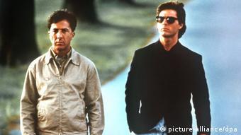 Dustin Hoffman und Tom Cruise laufen nebeneinander in Rain Man