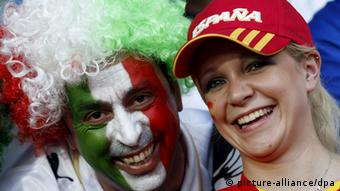 An Italian (L) and Spanish supporter before the UEFA EURO 2008 quarter final match between Spain and Italy at the Ernst Happel stadium in Vienna, Austria, 22 June 2008.