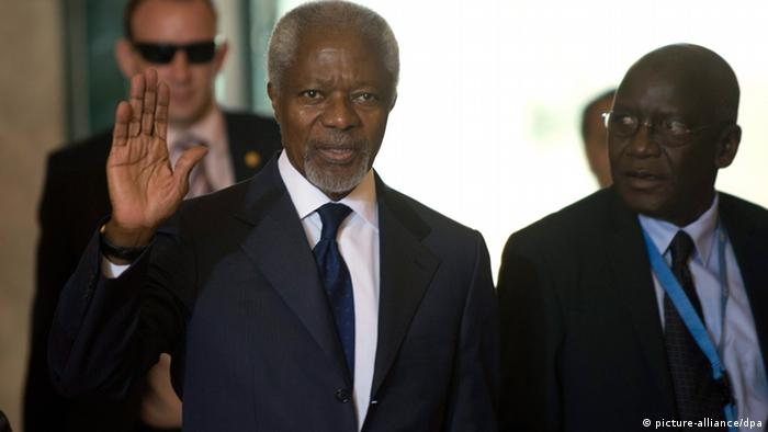 epa03289048 Kofi Annan (C), Joint Special Envoy of the United Nations and the Arab League for Syria, arrives for a meeting of the Action Group for Syria at the European headquarters of the United Nations in Geneva, Switzerland, 30 June 2012. The Action Group are meeting to map out ways to end the ongoing bloodshed in the unrest-hit Middle East nation. EPA/MARTIAL TREZZINI
