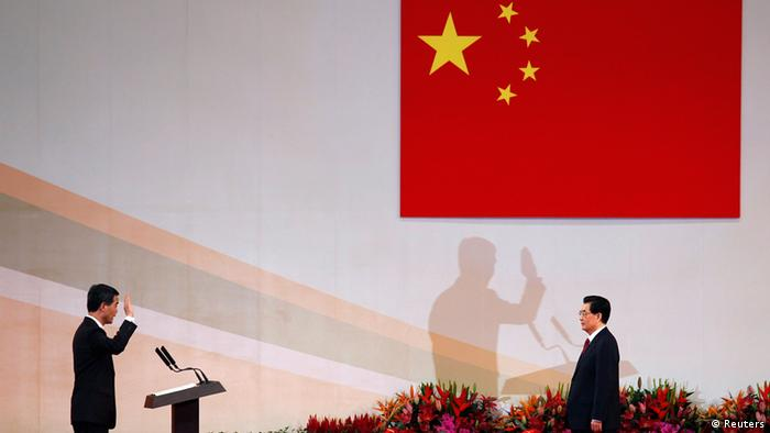 Hong Kong Chief Executive Leung Chun-ying (L) takes oath in front of Chinese President Hu Jintao during the inauguration of the new government in Hong Kong July 1, 2012, the day marking the 15th anniversary of the territory's handover to Chinese sovereignty from British rule. New Hong Kong leader Leung was sworn into office on Sunday by Chinese President Hu for a five-year term in which he will confront challenges ranging from human rights to democracy after a tumultuous year of transition and protest. REUTERS/Bobby Yip (CHINA - Tags: POLITICS ANNIVERSARY TPX IMAGES OF THE DAY)