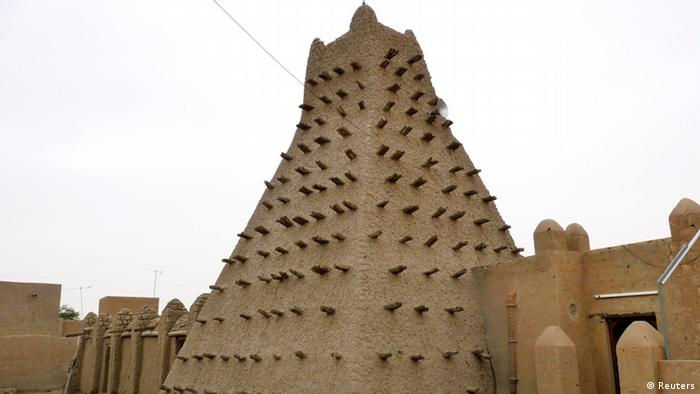 A traditional mud structure stands in the Malian city of Timbuktu May 15, 2012. Al Qaeda-linked Mali Islamists armed with Kalashnikovs and pick-axes began destroying prized mausoleums of saints in the UNESCO-listed northern city of Timbuktu on June 30, 2012 in front of shocked locals, witnesses said. The Islamist Ansar Dine group backs strict sharia, Islamic law, and considers the shrines of the local Sufi version of Islam idolatrous. Sufi shrines have also been attacked by hardline Salafists in Egypt and Libya in the past year. Picture taken May 15, 2012. REUTERS/Adama Diarra (MALI - Tags: POLITICS RELIGION SOCIETY)