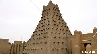 A traditional mud structure stands in the Malian city of Timbuktu May 15, 2012. Al Qaeda-linked Mali Islamists armed with Kalashnikovs and pick-axes began destroying prized mausoleums of saints in the UNESCO-listed northern city of Timbuktu on June 30, 2012 in front of shocked locals. (Picture by Reuters)
