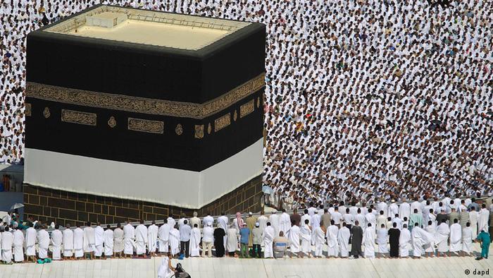 Tens of thousands of Muslim pilgrims pray inside the Grand Mosque, in Mecca, Saudi Arabia (Source: Hassan Ammar/AP/dapd)