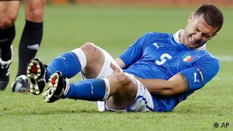 Italy's Thiago Motta grimaces in pain during the Euro 2012 soccer championship final between Spain and Italy in Kiev, Ukraine, Sunday, July 1, 2012. (Foto:Jon Super/AP/dapd)