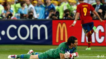 Italy goalkeeper Gianluigi Buffon reacts after Spain's Fernando Torres scored his sides 3rd goal during the Euro 2012 soccer championship final between Spain and Italy in Kiev, Ukraine, Sunday, July 1, 2012. (Foto:Michael Sohn/AP/dapd)