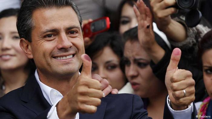 Der frühere Gouverneur des Staates Mexiko, , liegt nach der Präsidentschaftswahl vorne. - Enrique Pena Nieto, presidential candidate of the Institutional Revolutionary Party (PRI), shows his ink stained thumbs after casting his vote in Atlacomulco July 1, 2012. Mexico's presidential election favorite Pena Nieto leads Sunday's race, according to an exit poll. REUTERS/Tomas Bravo (MEXICO - Tags: POLITICS ELECTIONS TPX IMAGES OF THE DAY) - eingestellt von ml