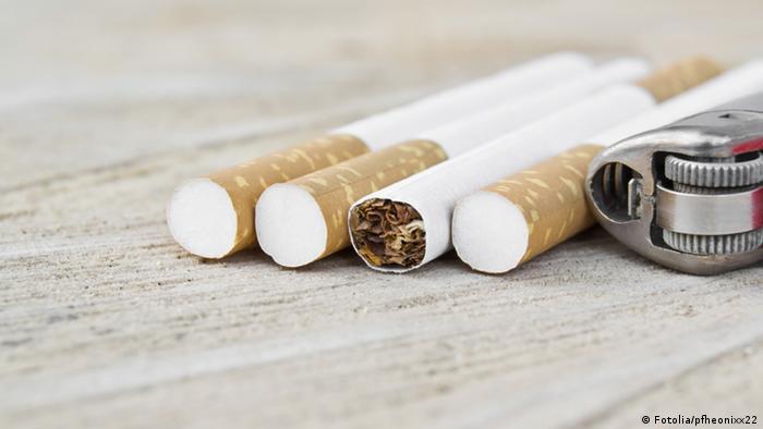 Symbolbild Zigarette Rauchen Filterzigarette Feuerzeug Tabak