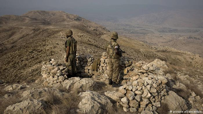 ARCHIV - Pakistani soldiers secure an area on top of Kund mountain near Kotkai village in South Waziristan, 29 October 2009. Pakistani security forces launched a large-scale offensive to eliminate the Taliban and al-Qaeda network in the South Waziristan tribal region on 17 October 2009. Eight German nationals thought to be Islamist militants were killed Monday night, October 04, 2010 in a strike by a suspected US unmanned drone in Pakistan. The pilotless aircraft fired two missiles at a house in Pakistan's tribal region along the Afghan border, Pakistani security officials said. The group was believed to be behind the recently uncovered plot to carry out terrorist attacks in Britain, France and Germany.EPA/NICOLAS ASFOURI/ +++(c) dpa - Bildfunk+++