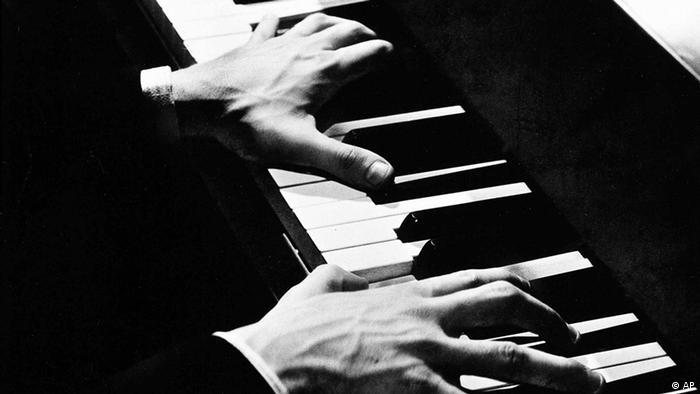 Hände Klavierspielen Horowitz quer (AP)
