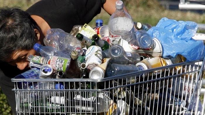 Man gathering bottles and cans for recycling in Berlin (Photo: Wolfgang Kumm dpa/lbn)