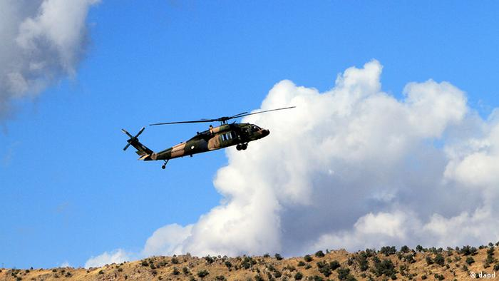 A Turkish military helicopter flies toward Iraq near Cukurca, Hakkari, Turkey, at the border with Iraq, Thursday, Oct. 20, 2011. About 10,000 elite Turkish soldiers were taking part in a ground offensive against Kurdish rebels in southeastern Turkey and across the border in Iraq on Thursday, making it the nation's largest attack on the insurgents in more than three years, the military said. The offensive began Wednesday after Kurdish rebels carried out raids near the Turkey-Iraq border that killed 24 Turkish soldiers and wounded 18, the insurgents' deadliest one-day attacks against the military since the mid-1990s.(Foto:AP/dapd)