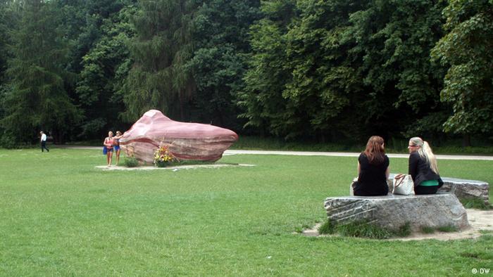 Sandquarz Monolith Kueka Abuela Tiergarten Berlin