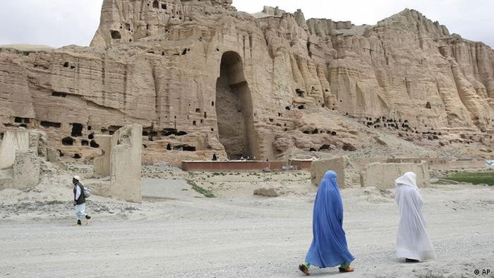 Zwei Frauen laufen vor der leeren Nische des Buddhas im Bamian-Tal entlang (Foto: DDP)