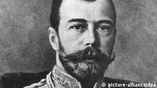 Die undatierte Archivaufnahme zeigt den letzten russischen Zaren aus der Romanow-Dynastie, Nikolaus II. (geboren 1868), der gemeinsam mit seiner Familie in der Nacht zum 17.7.1918 von Bolschewiken ermordet worden ist. Die 1991 in Jekatarinenburg gefundenen Gebeine der Zarenfamilie gelten nun durch Genanalysen als eindeutig identifiziert und sollen am 17.7.98, 80 Jahre nach der Ermordung, in St. Petersburg beigesetzt werden. dpa (nur s/w) (zu dpa-Themenpaket Zarenbegräbnis: Rußlands letzter Herrscher starb im Kugelhagel der Bolschewiki vom 8.7.98)