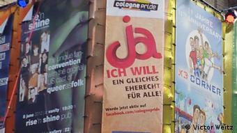 Плакаты с девизом гей-парада в Кельне
