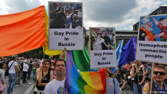 Протестные плакаты на гей-параде в Берлине