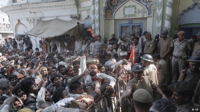 1990 Unruhen vor der Babri-Moschee vor der Zerstörung 1992 (AP)