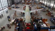Hamburg/ Mitarbeiter montieren am Dienstag (17.01.12) in Hamburg in einer Werkhalle des Luftfahrtkonzerns Airbus Flugzeuge der Airbus A320-Familie. Viele Flugzeuge verkauft, aber wenig Gewinn gemacht - das soll fuer den europaeischen Luft- und Raumfahrtkonzern EADS und die wichtigste Tochter Airbus endlich Vergangenheit sein. EADS ist eine Cash- und Wachstumsmaschine. Jetzt ist es an der Zeit, die Rentabilitaet zu steigern, sagte der Vorstandsvorsitzende Louis Gallois am Dienstag auf der Jahrespressekonferenz in Hamburg. Airbus verzeichnete im vergangenen Jahr mit 1.608 Neubestellungen das beste Jahr seiner Geschichte und verwies den ewigen Konkurrenten Boeing mit 921 Bestellungen auf den zweiten Platz.