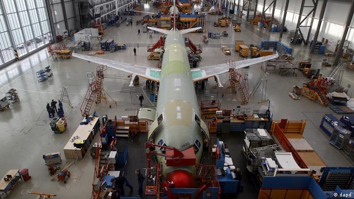 Hamburg/ Mitarbeiter montieren am Dienstag (17.01.12) in Hamburg in einer Werkhalle des Luftfahrtkonzerns Airbus Flugzeuge der Airbus A320-Familie. Viele Flugzeuge verkauft, aber wenig Gewinn gemacht - das soll fuer den europaeischen Luft- und Raumfahrtkonzern EADS und die wichtigste Tochter Airbus endlich Vergangenheit sein.