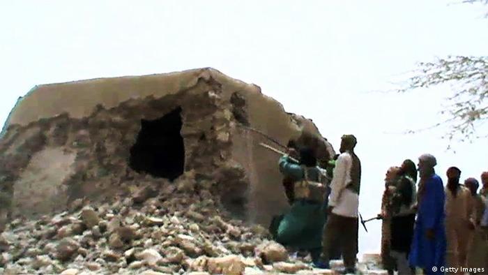 Une photo tirée d'une vidéo montre des militants islamistes détruisant un ancien sanctuaire à Tombouctou le 1er juillet 2012.