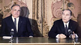 Helmut Kohl und Francois Mitterrand (Foto: AP)
