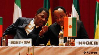Boni Yayi (links) mit seinem nigrischen Amtskollegen bei einem Treffen der ECOWAS. (Foto: REUTERS/Thierry Gouegnon)