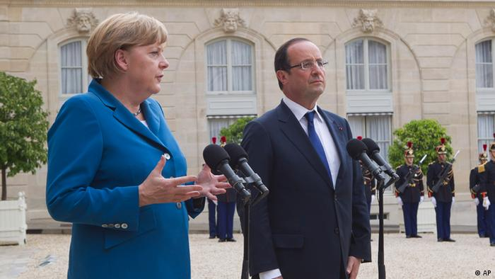German Chancellor Angela Merkel, left, and French President Francois Hollande speak to reporters prior to their meeting at the Elysee Palace, Wednesday, June 27, 2012. Germany's Chancellor Angela Merkel says she hopes European leaders adopt a €130 billion ($162 billion) stimulus package this week, in a gesture to French President Francois Hollande despite their differences over how to end Europe's spiraling debt crisis. The two leaders went into talks Wednesday night sharply opposed over whether to share debt among the 17 nations that use the euro, and how much sovereignty to surrender over national budgets. (Foto:Michel Euler/AP/dapd)