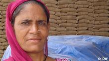 Portrait Tagelöhnerin Savitri (nah) - sie bekommt am Ende eines Arbeitstages zwischen 2-3 Kilogramm Weizen als Lohn.  Copyright: DW/Sandra Petersmann