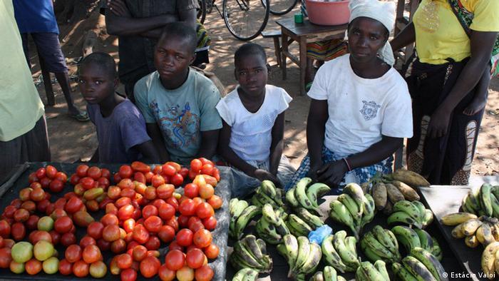Pequenos agricultores vendem seus produtos no mercado em Mopeia, na província da Zambézia