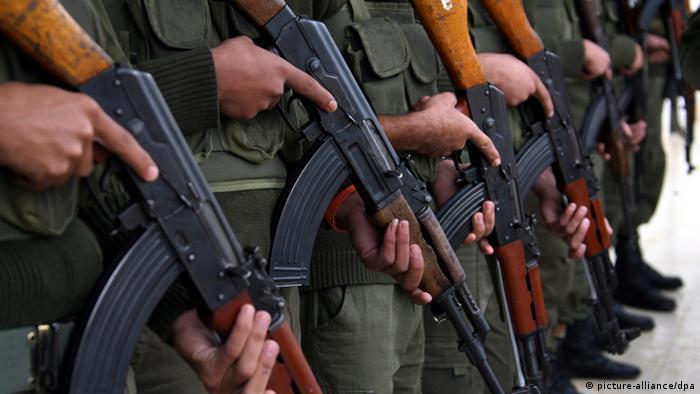 Солдаты с автоматами Калашникова