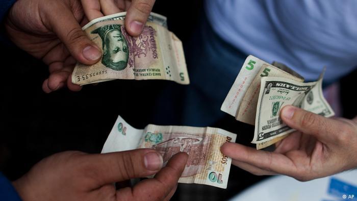 Peso- und Dollar-Scheine (Foto: AP)