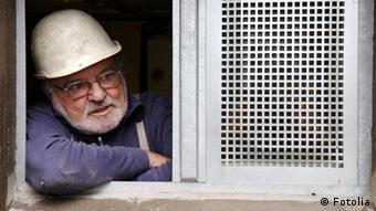Senior mit Bauhelm auf einer Baustelle (Foto: Irina Fischer)