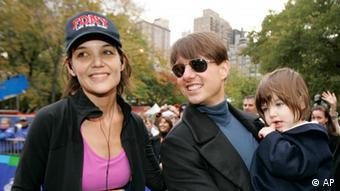 تام کروز و کیتی هلمز به همراه دخترشان سوری