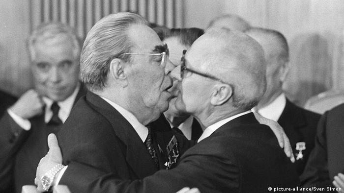 Leonid Breshnew y Erich Honecker se besan como señal de fraternidad.