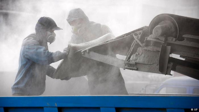 Moderne Arbeitsbedingungen für unfaire Löhne - Arbeiter füllen Zemetsäcke in China (Foto: Xie Zhengyi/Color China Photo/AP Images)