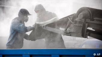 Wanderarbeiter beim Laden von Zementsäcken (Foto: AP)