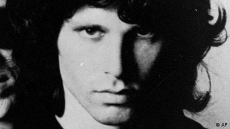 Τη δική του επανάσταση στη ροκ μουσική έφερε και ο Τζιμ Μόρισον με τους Doors. Ένα θρυλικό συγκρότητα που λάτρεψαν οι φαν όσο λίγα. Ο Τζιμ Μόρισον αντιμετώπιζε πρόβλημα με τα ναρκωτικά και το αλκοόλ. Βρέθηκε νεκρός σε μια μπανιέρα στο Παρίσι τον Ιούλιο του 1971. Πέθανε από ανακοπή καρδιάς στα 27.