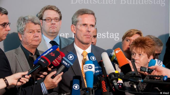 Der designierte Vorsitzende des zweiten NSU-Untersuchungsausschusses, Clemens Binninger (Mitte), im Sommer 2012 vor Journalisten