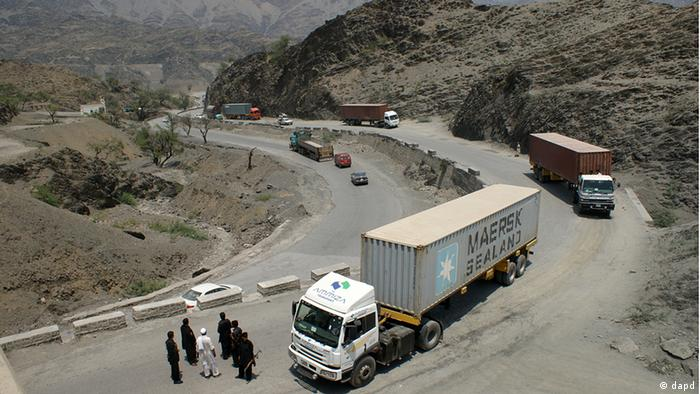 Pakistani border guards check private trucks en-route neighboring Afghanistan, in the Pakistani tribal area of Khyber, Wednesday, July 4,2012 (Photo: Qazi Rauf/AP/dapd)
