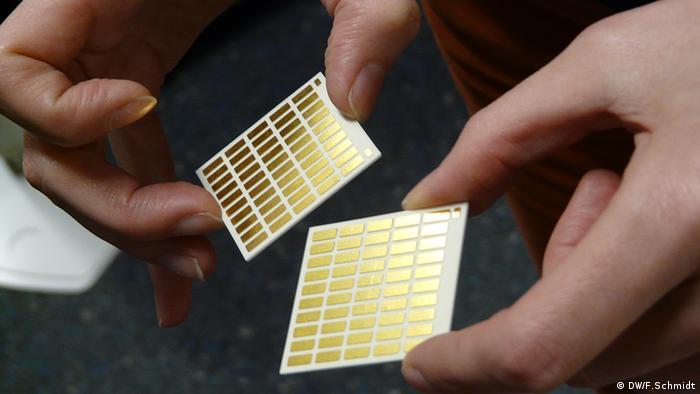 Thermoelektrische Halbleiter aus Silizium-Nanopartikeln auf einer Platine. Diese Elemente sind in der Lage aus Wärme Strom zu generieren. Hergestellt an der Universität Duisburg/Essen bei der Arbeitsgruppe Nanostrukturtechnik (Foto: DW/Fabian Schmidt)