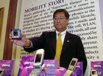 K. Y. Lee, Chief Executive Officer von BenQ Corporation hält am 10. Mai 2005 in Bombay, Indien ein Handy in die Kameras