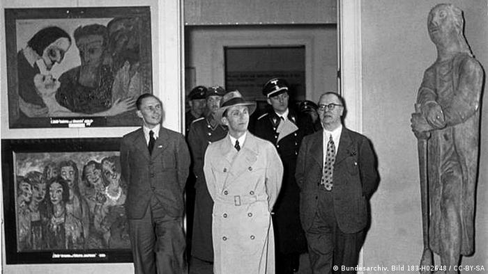 Black and white photo of Goebbels visiting the degenerate art exhibition in Munich 1938 Copyright: German federal archives