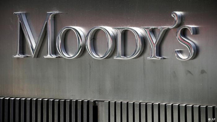 Вывеска на офисе рейтингового агентства Moody's в Нью-Йорке