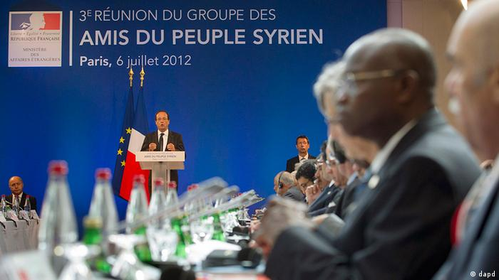 French President Francois Hollande delivers his speech at the Friends of Syria conference in Paris, Friday July 6, 2012. Syrian opposition leaders are pressing diplomats at an international conference for a no-fly zone over Syria, but the U.S. and its European and Arab partners are expected to focus on economic sanctions instead. (Foto:Jacques Brinon, Pool/AP/dapd)