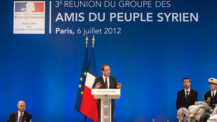 French President Francois Hollande delivers his speech at the Friends of Syria conference in Paris, Friday, July 6, 2012. Syrian opposition leaders are pressing diplomats at an international conference for a no-fly zone over Syria, but the U.S. and its European and Arab partners are expected to focus on economic sanctions instead. (Foto:Jacques Brinon, Pool/AP/dapd)