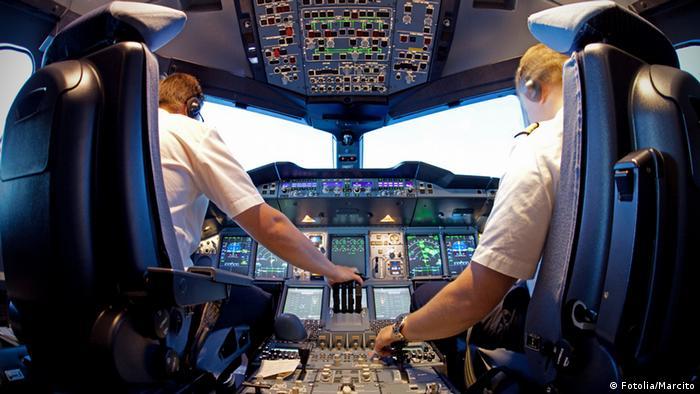 Blick ins Cockpit eines Verkehrsflugzeugs (Foto: Fotolia/Marcito)