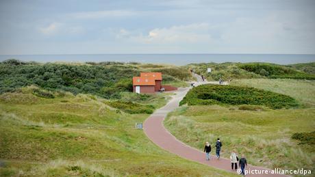 Wanderweg mit Touristen auf Langeoog