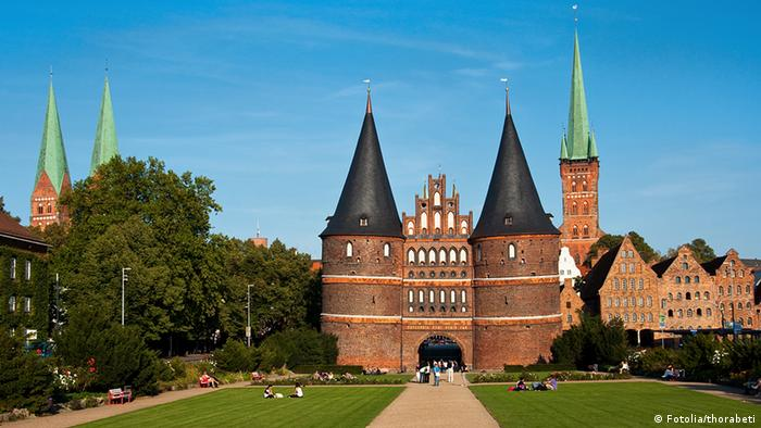 A castle entrance tower in Lübeck (Fotolia/thorabeti)
