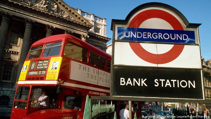 Großbritannien Stadt City of London Bus und U-Bahn Schild Bank Station